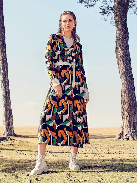 Сукня міді відрізна з глибоким вирізом