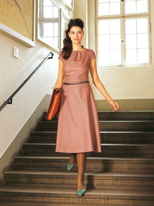 Сукня з рукавами реглан і коміром-стойкою