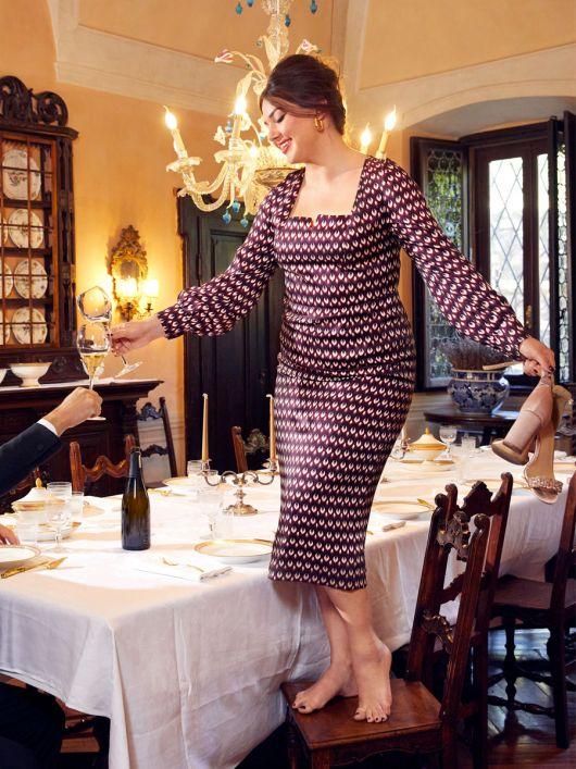 Сукня по фігурі з широким вирізом