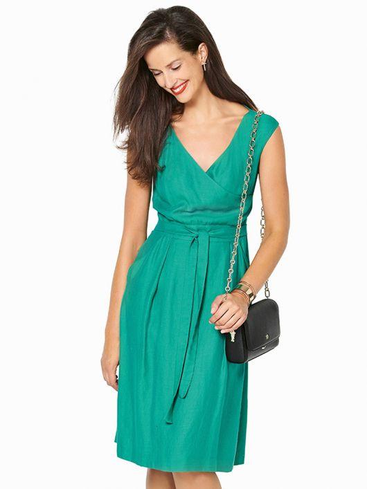 Платье с запахом и расклешенной юбкой