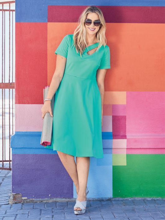 Сукня приталена з фігурним прорізом і широкою спідницею