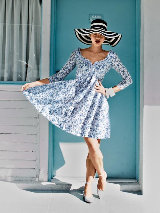 Сукня з фігурним вирізом горловини