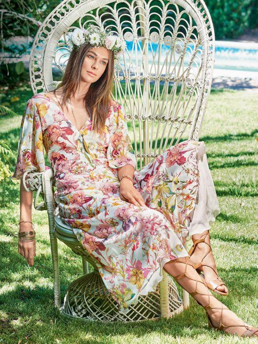 Сукня з пишними рукавами і глибоким V-подібним вирізом