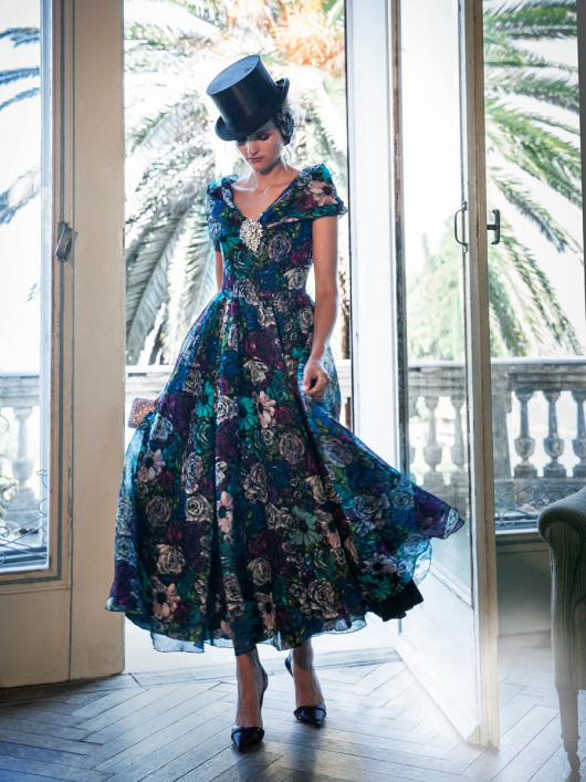 Сукня з пишною спідницею і широким коміром