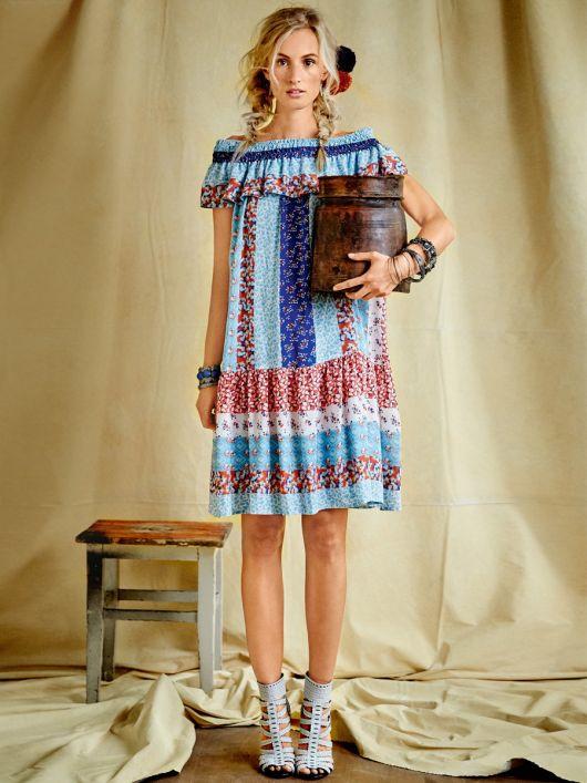 Сукня з вирізом кармен і оборками