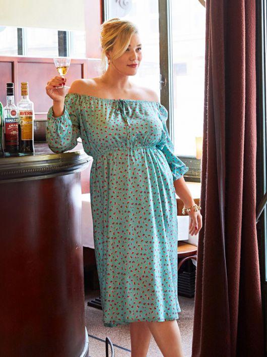 Сукня простого крою з вирізом кармен