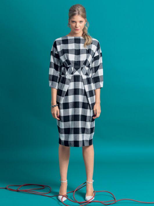 Сукня зі спущеними плечима і широким поясом