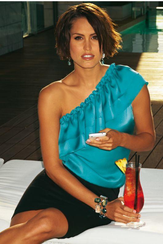 Блузка з відкритим плечем