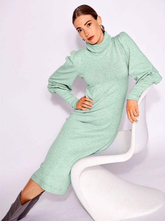 Сукня трикотажна з високим коміром гольф