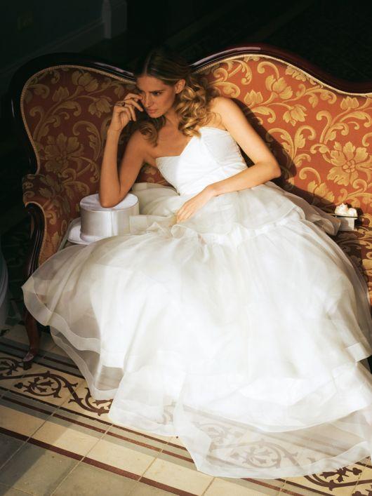 Сукня весільна довга із багатоярусною спідницею