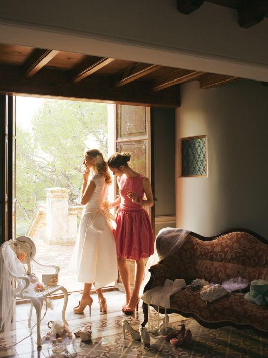Сукня весільна з коміром-стойкою і великим бантом на спідниці
