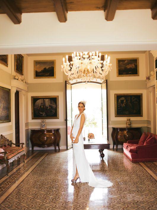 Сукня весільна вузького крою і з довгим шлейфом