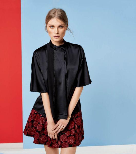 Блузка з розкльошеними рукавами
