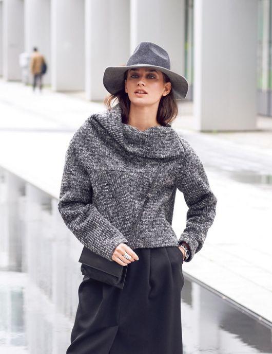 Пуловер з широким суцільнокроєним коміром