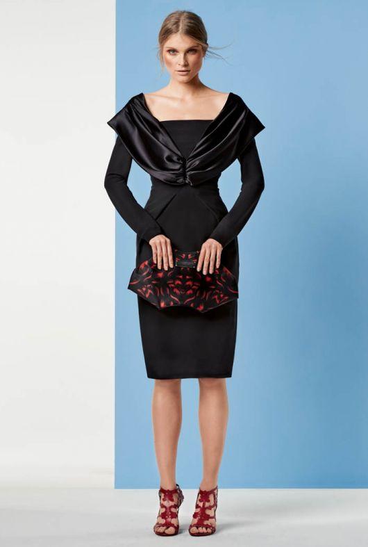Сукня з декольте та рукавами