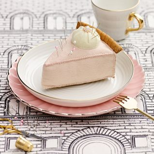 Як зробити подушечку для голок у вигляді торта власноруч