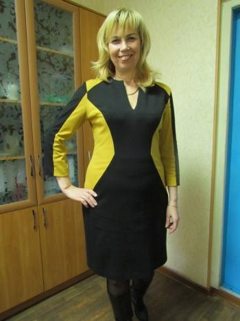 Сукня-футляр з екстравагантними рельєфними швами