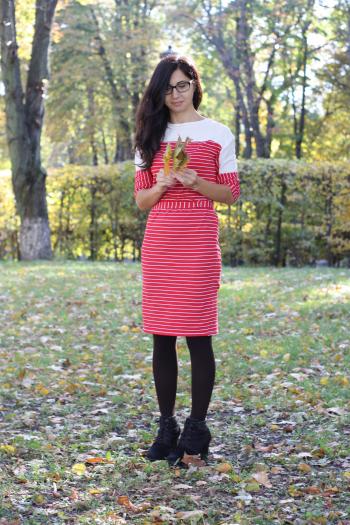 Червона трикотажна смугаста сукня
