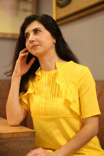 Жовта сукня з воланами