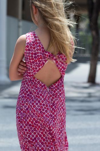 Літня сукня з цікавою формою спинки
