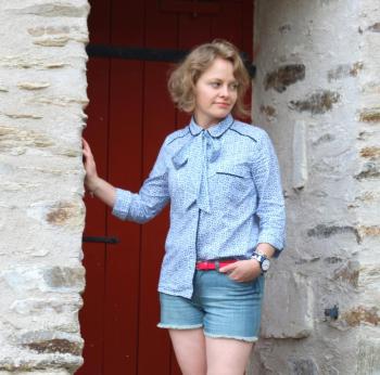 Блузка-сорочка з круглим коміром і бантом