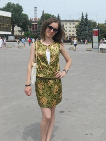 Маленька сукня з глибоким вирізом.