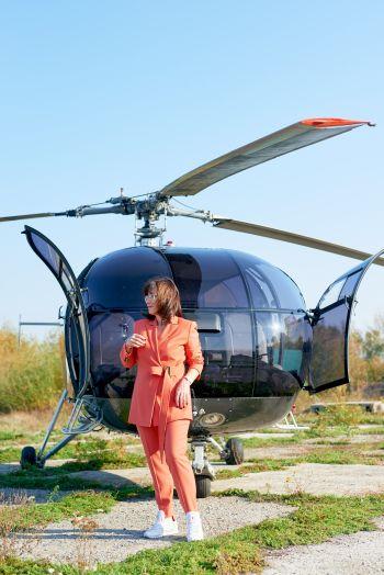Брючний костюм. Осінь, дівчина, літак.