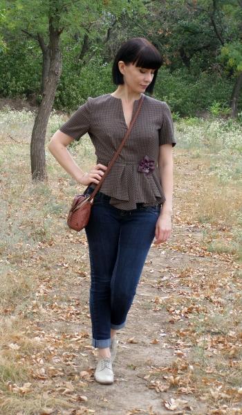 Блуза з асиметричною баскою