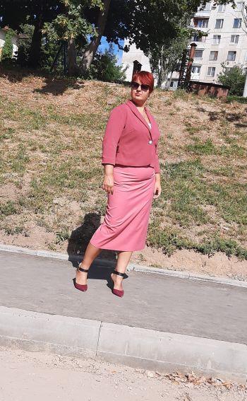 Жінка в рожевому.... але не в пальто