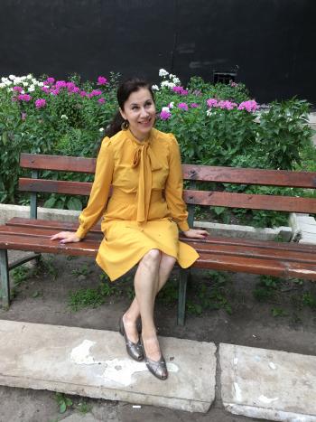 Сукня модного кольору)