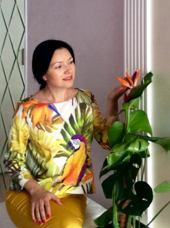 Блуза з ефектом запаху і папугою