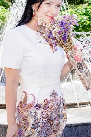 Сукня приталеного крою з виточками на талії