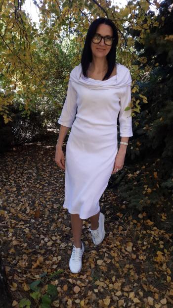 Біла сукня в рубчик