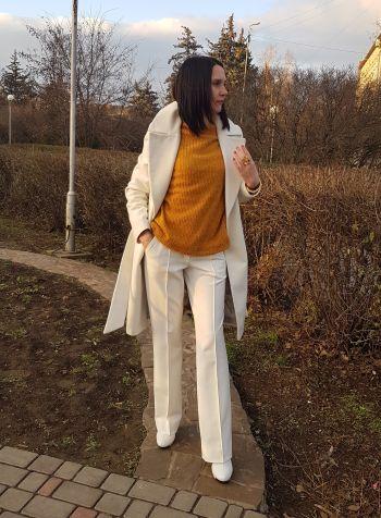 Білі брюки та гірчичний пуловер