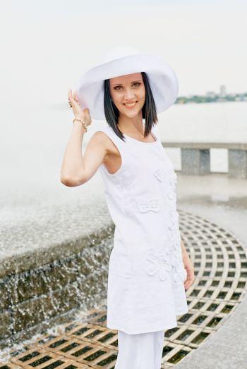Білий в моді за любої погоди. Костюм