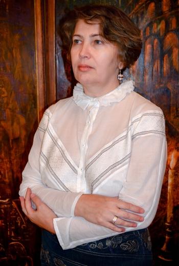 Блузка у стилі ретро з ручною вишивкою