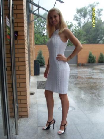Біла в'язана сукня