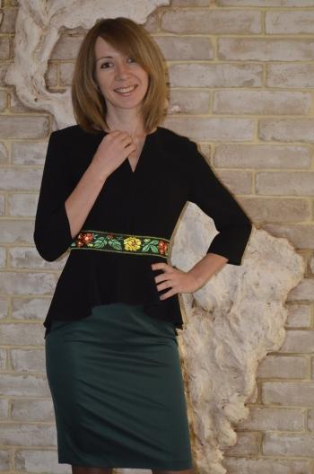 Елегантна сукня з баскою