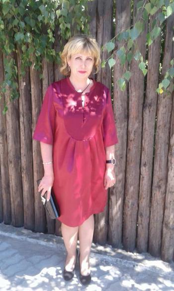 Сукня з пластроном кольору марсала