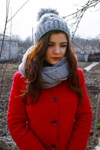 Зимове пальто та в'язана шапка для доньки