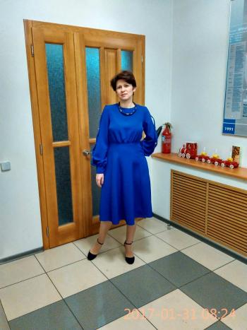 Сукня кольору синій королівський.
