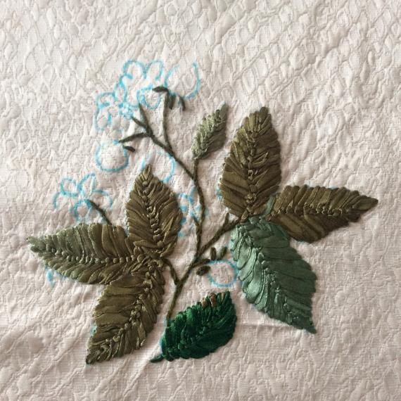 Стрічками зеленого кольору вишиваємо листя звичайними стібками від центру  до країв листочка. Стебельця робимо стебельчастим швом. 6c89003e5f6bc