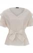 Блузка прямого крою з оборками і поясом-бантом - фото 2