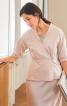 Блузка приталеного крою із запахом і баскою - фото 1